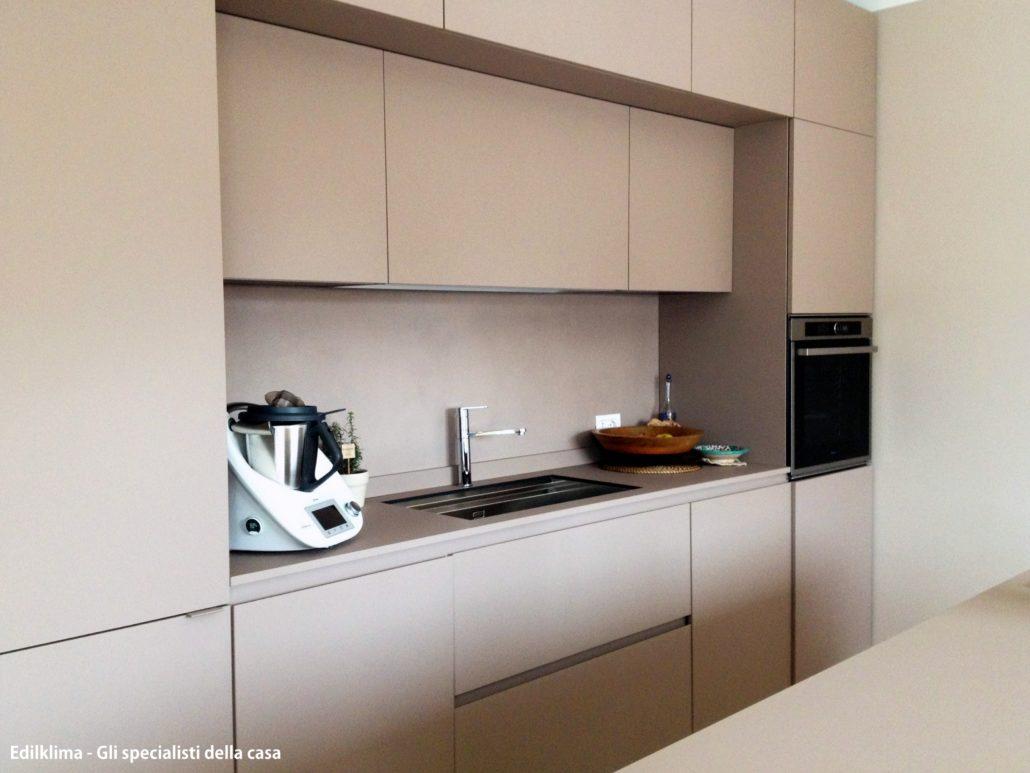Tono su tono! Rivestimento parete cucina in ecomalta.
